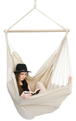Lectrice dans un fauteuil suspendu