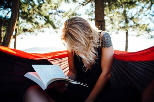 Lire dans un hamac